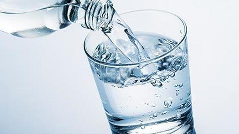 Boire de l'eau et protéger ses reins